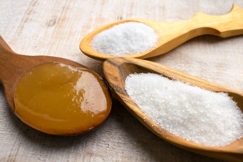 人造甜味剂和糖替补在木匙子 Na 免版税库存图片