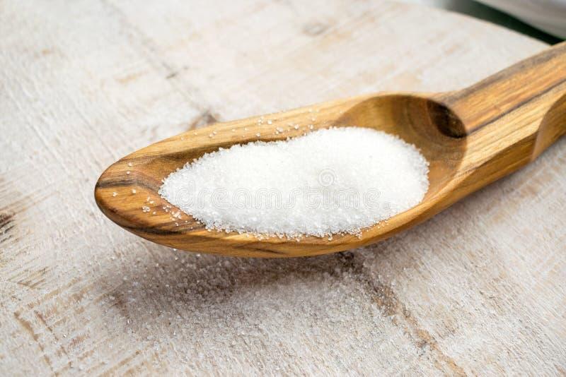 人造甜味剂和糖替补在木匙子 nat 图库摄影