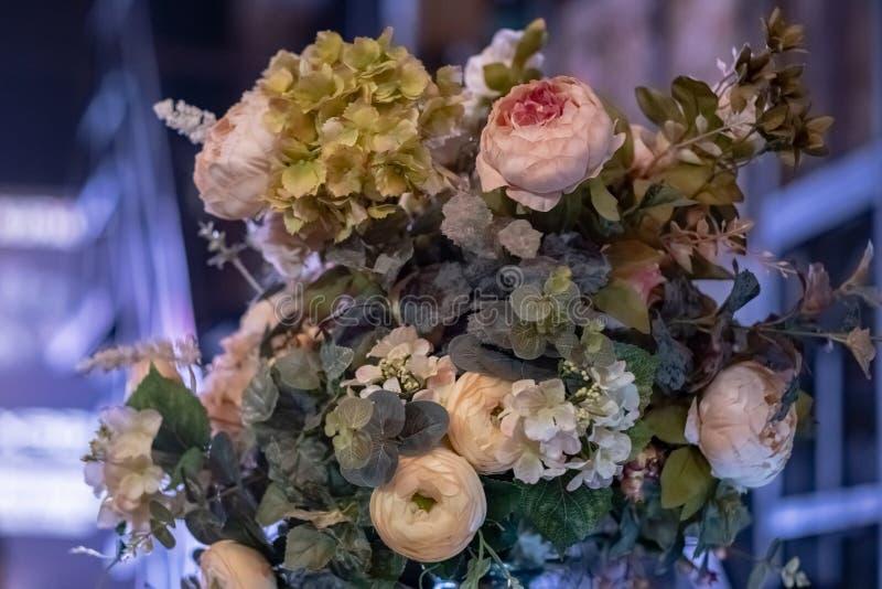 人造花美丽的花束 五颜六色的人为装饰和装饰 图库摄影