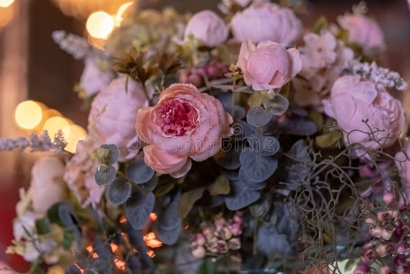 人造花美丽的花束 五颜六色的人为装饰和装饰 免版税库存图片