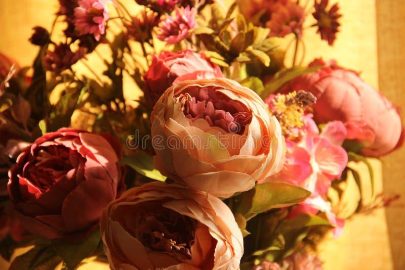 人造花花束的特写镜头  婚礼装饰 库存照片