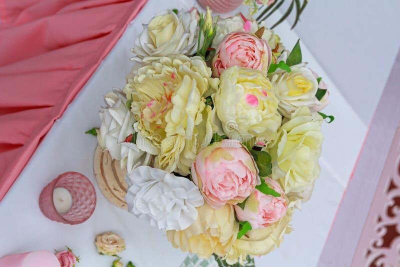 人造花豪华的花束在假日桌上的 图库摄影