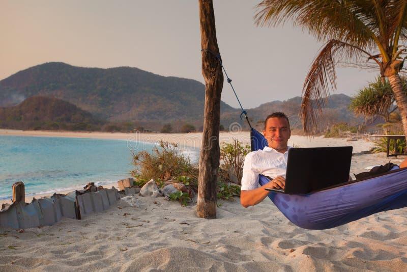 人遥远地使用膝上型计算机 免版税图库摄影
