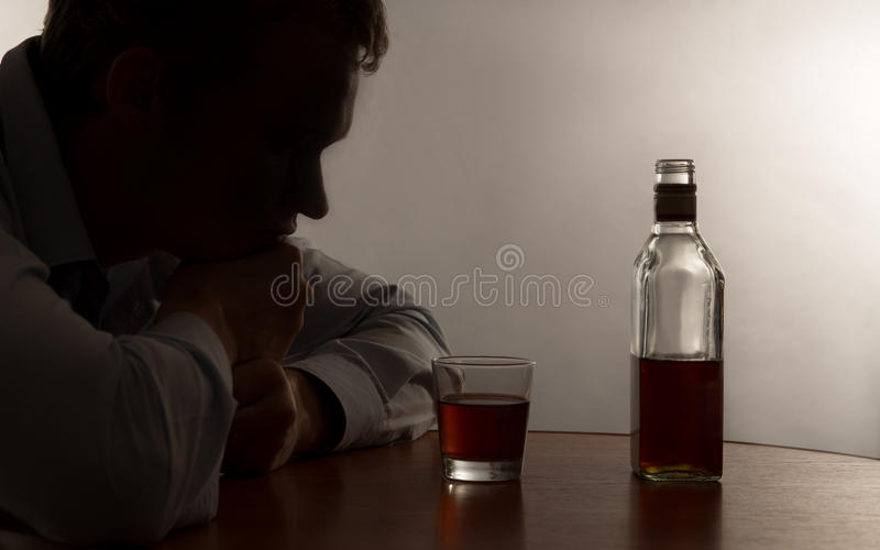 年轻人酗酒 免版税库存图片