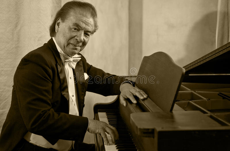 人钢琴演奏家前辈歌唱家 免版税库存照片