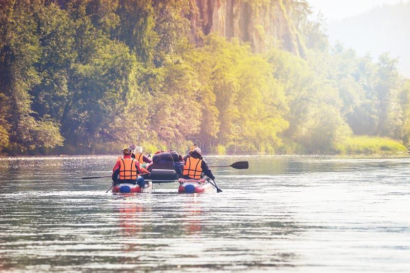 人队有在可膨胀的筏的水旅行 库存图片