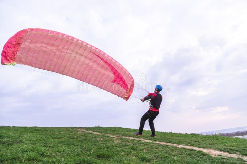 人降低滑翔伞在登陆以后研 免版税库存照片