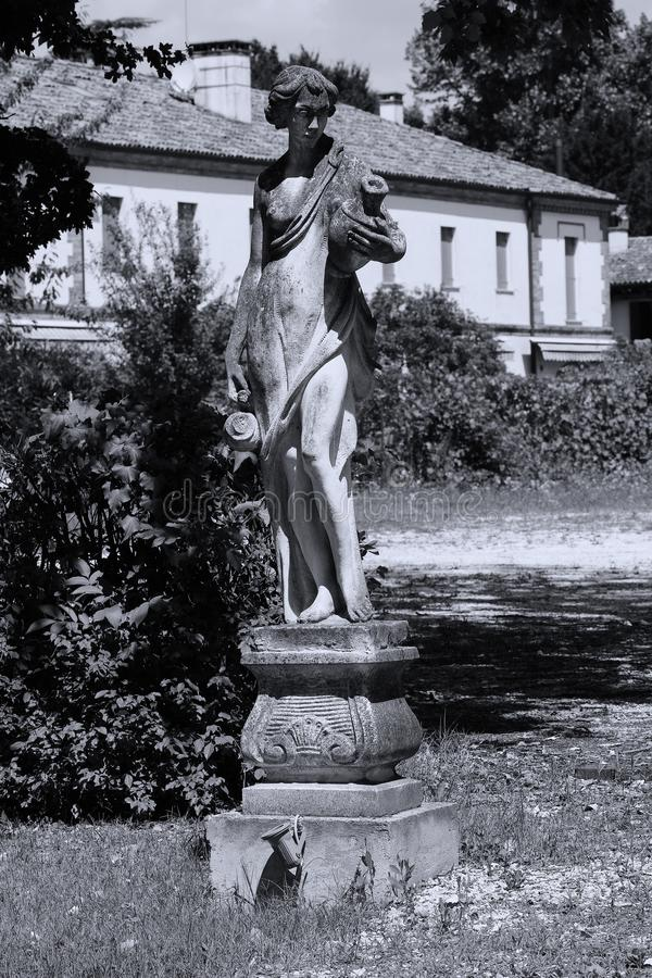 人雕塑在意大利庭院里 图库摄影