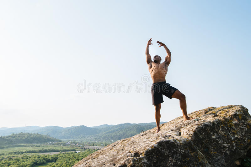 Download 黑人非裔美国人的运动员人情感射击岩石的在山 人体的秀丽和完美 库存图片 - 图片 包括有 大使, 室外: 72366933