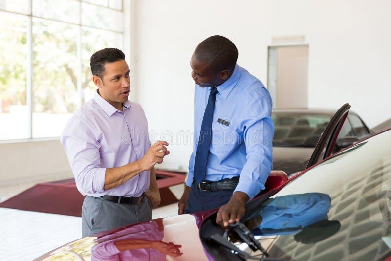 人非洲汽车推销员 库存图片