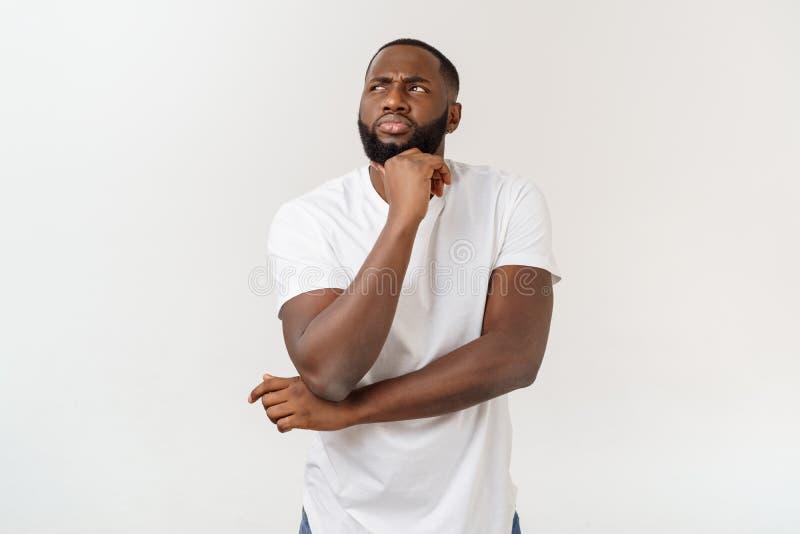 人面表示、情感和感觉 查寻与周道的英俊的年轻非裔美国人的人 免版税库存照片