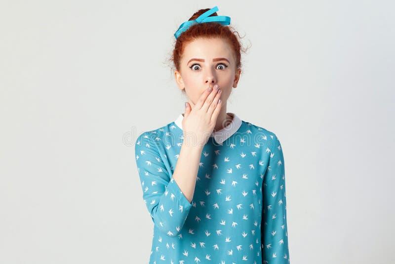 人面表示和情感 绝望和震动的女性 shoked的年轻红头发人女孩,看恐慌,报道她的mou 免版税图库摄影