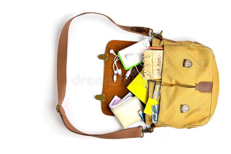 人顶视图请求与现代年轻人的精华 皮包,智能手机,力量银行,笔记薄,书,钥匙,医学药片 免版税库存照片