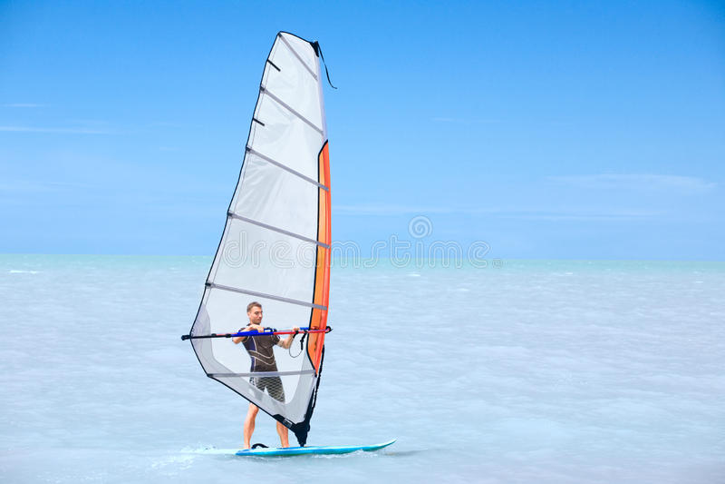 人风帆冲浪年轻人 免版税图库摄影