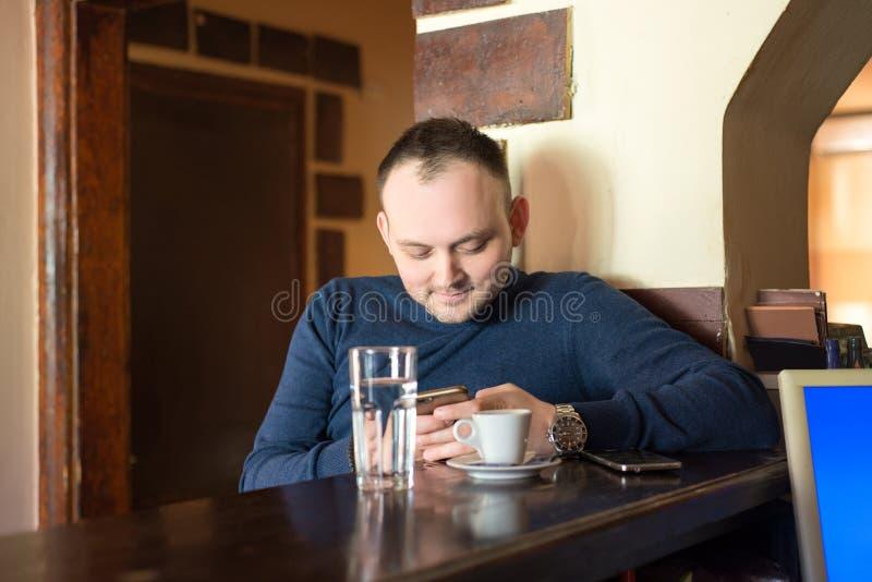人食用咖啡在酒吧 免版税库存照片