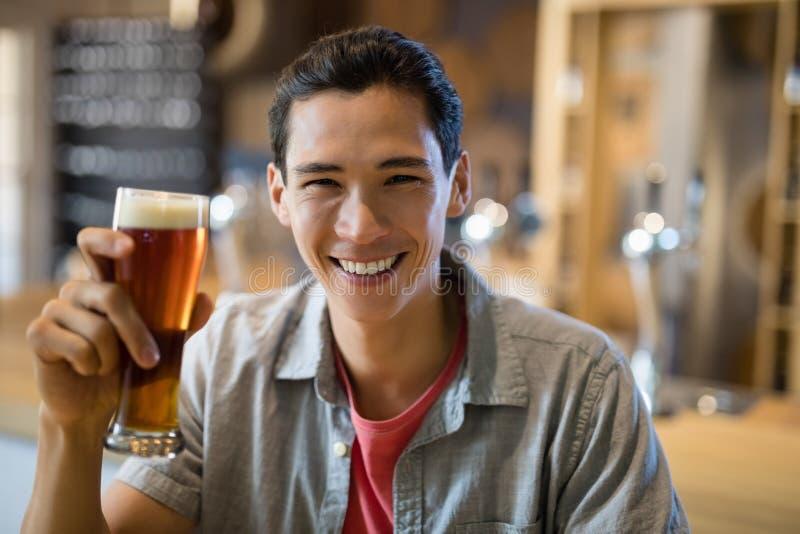 人饮用啤酒在餐馆 库存图片