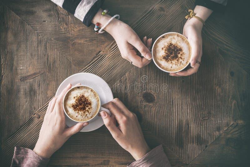 人饮用的咖啡大角度视图 免版税库存图片