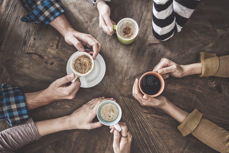 人饮用的咖啡大角度视图 库存照片