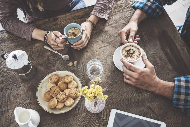 人饮用的咖啡大角度视图 库存图片