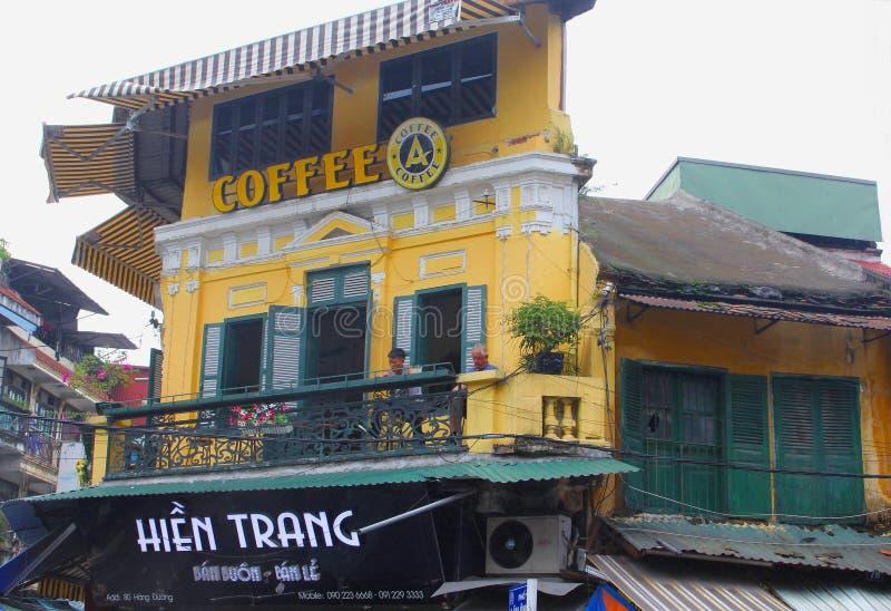 人饮用的咖啡室外大阳台咖啡咖啡厅,河内,越南 免版税库存照片