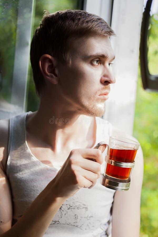 年轻人饮用的茶画象  免版税库存照片
