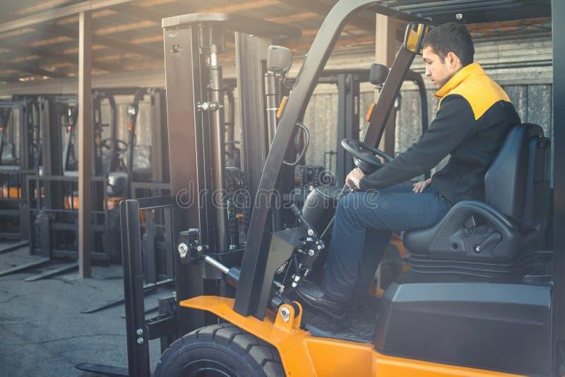 人驾驶一个可靠的重型卡车装载者 库存照片