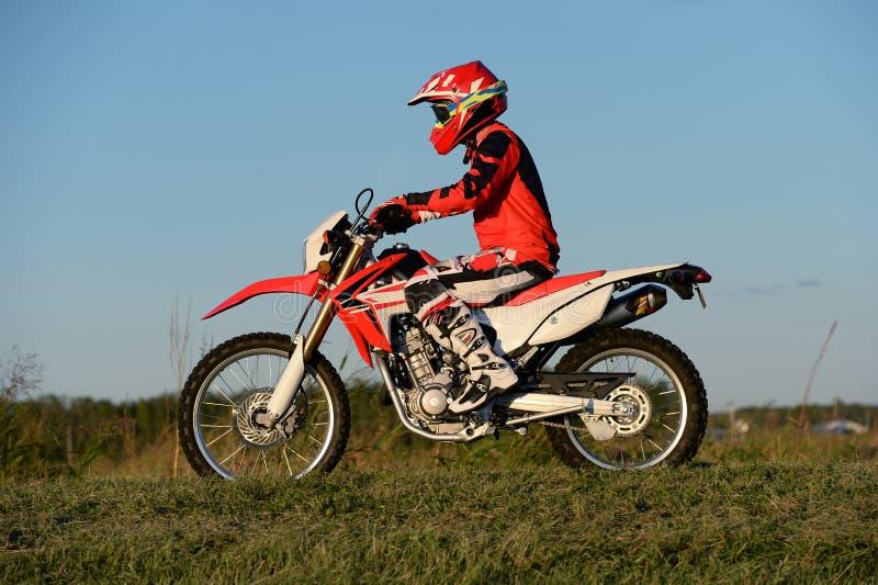 人骑马摩托车越野赛摩托车 库存照片