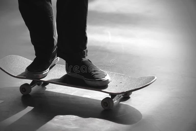 人骑马的阶段的黑白图象在他的滑板的 免版税库存图片