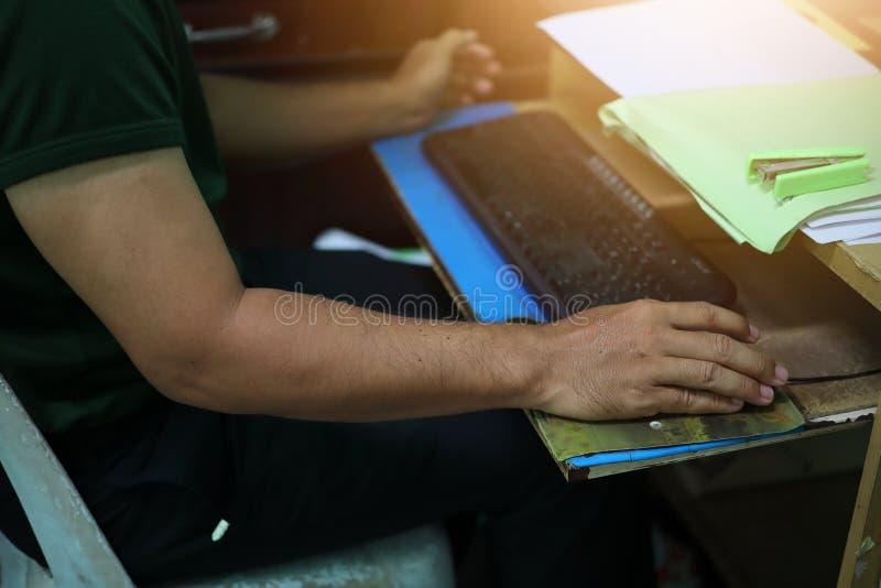 人,商人工作捉住老鼠,键盘,计算机 免版税库存照片