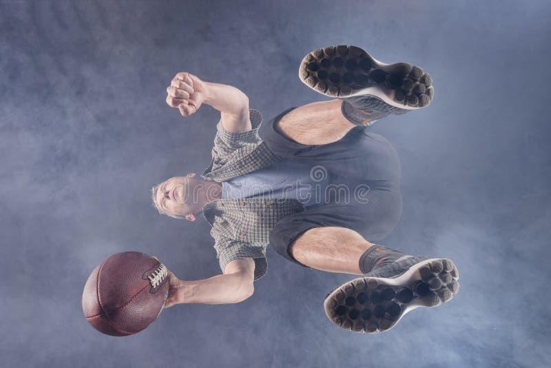 人, 48岁,打橄榄球 免版税库存照片