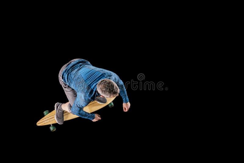 人, 48岁,滑冰与longboard 库存照片