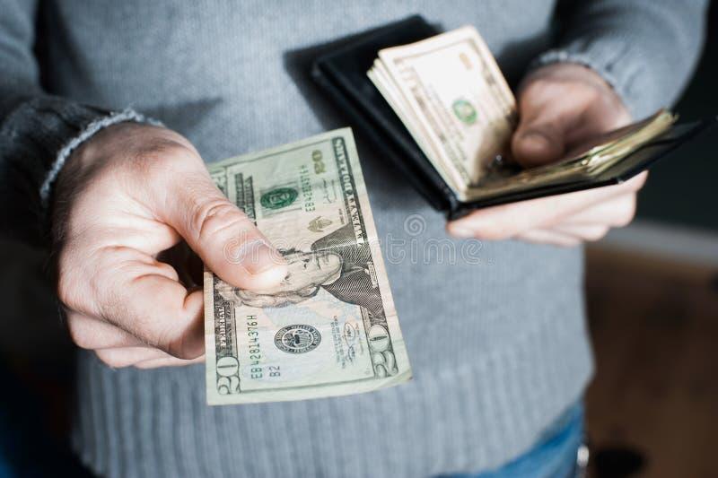 人们、事务、财务和金钱概念-接近拿着开放举行的钱包和信用卡的商人手 库存图片