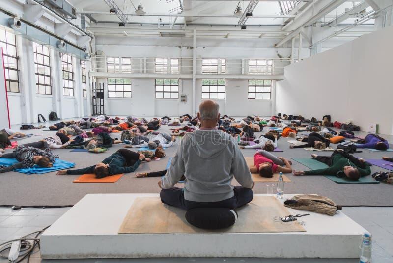 人们上课在瑜伽节日2014年在米兰,意大利 免版税图库摄影