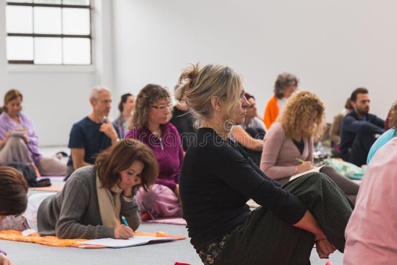 人们上课在瑜伽节日2014年在米兰,意大利 免版税库存照片