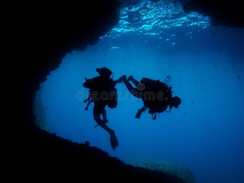 人水下的摄影师佩戴水肺的潜水洞 库存图片