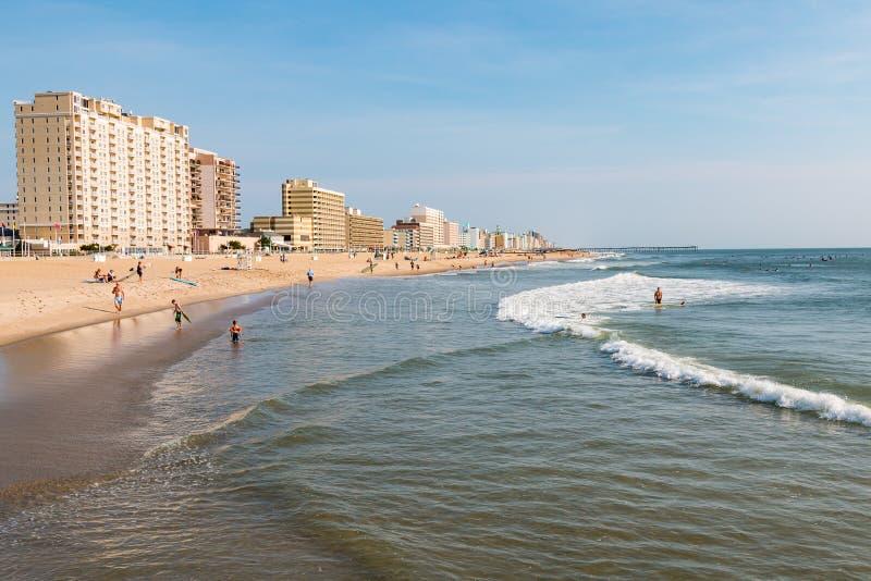 人们享用弗吉尼亚海滩沿海地带 库存照片