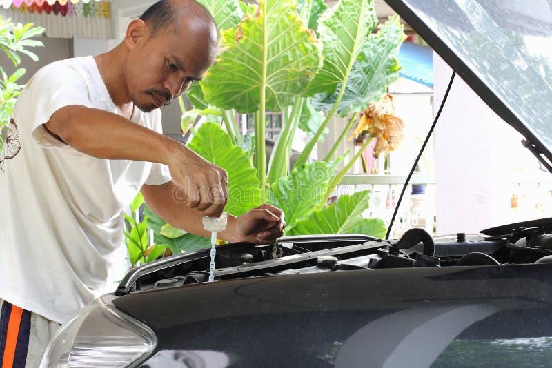 人们修理汽车。 库存照片