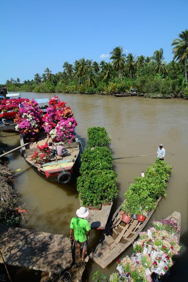 人们卖花在湄公河三角洲的浮动市场,越南南方上 图库摄影
