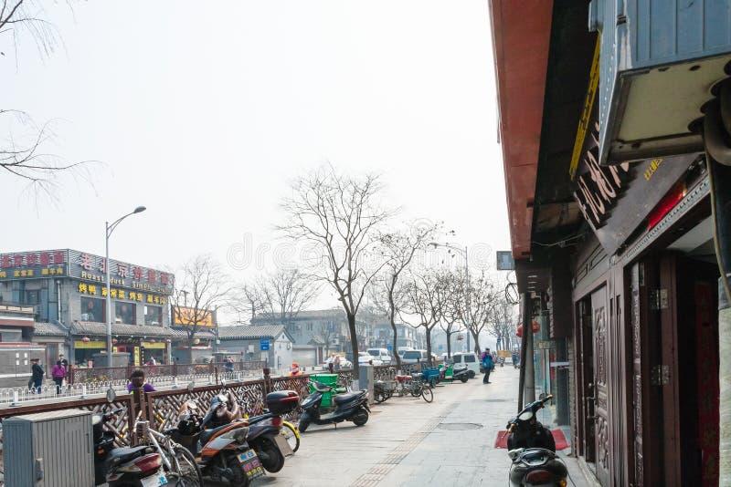 人们和停车场在Liangshidian街道上 免版税库存图片