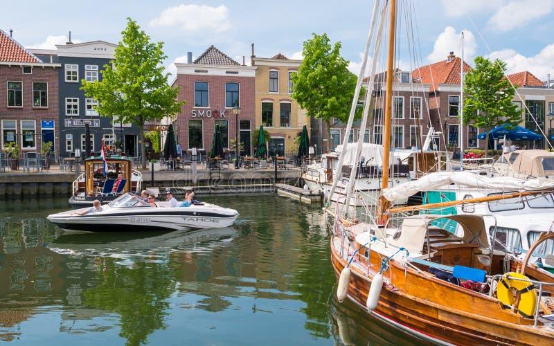 人们和小船在Oud-Beijerland,南荷兰省,网小游艇船坞  免版税库存图片