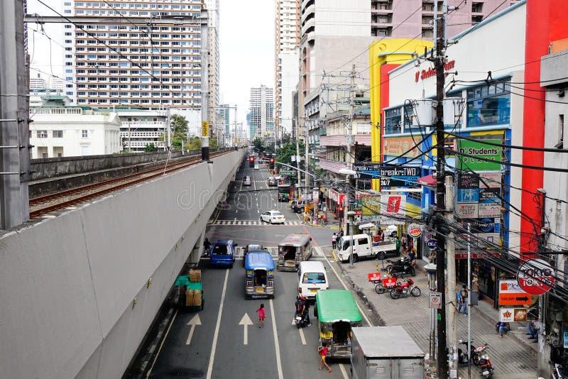 人们和汽车在街道上在EDSA在马尼拉,菲律宾 免版税库存图片