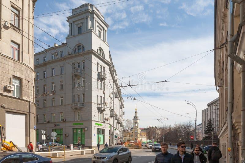 人们和汽车在索良卡街道上在莫斯科 图库摄影
