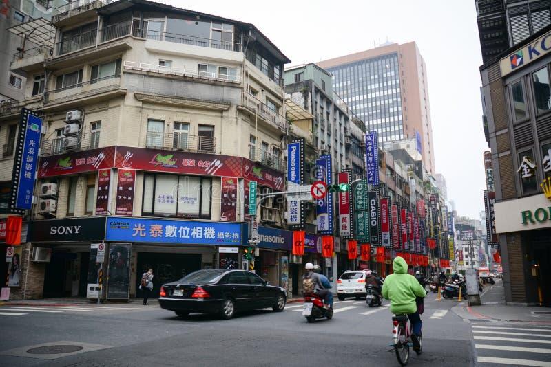 人们和车在街道上在台北,台湾 库存图片