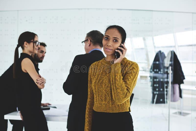 人们在与专业金融家的工作ormal会谈上在会场里 库存照片