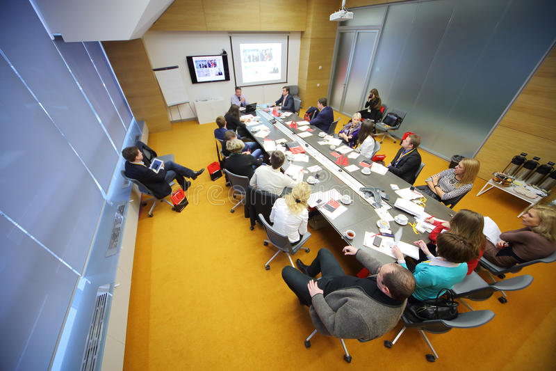 人们在企业早餐谈话在办公室 免版税图库摄影