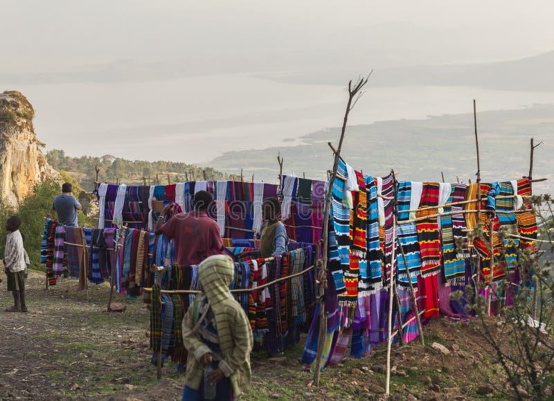 人们在传统Dorze市场上 Hayzo村庄 Dorze 黑色矿物制剂 免版税库存图片