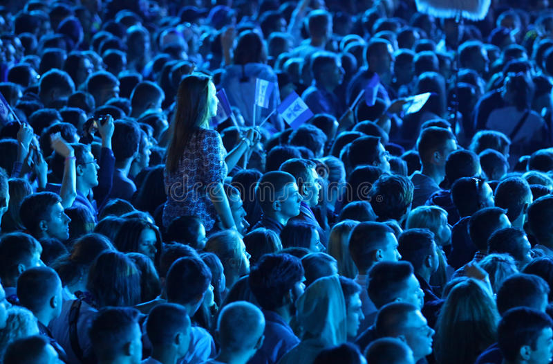人们在体育场享受摇滚乐音乐会 免版税库存照片
