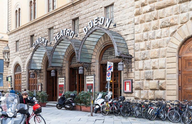 人们在佛罗伦萨临近都市戏院Odeon 库存图片