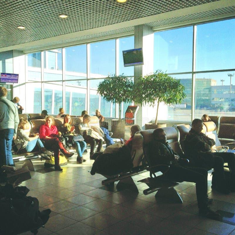 人们在候诊室在机场 免版税图库摄影