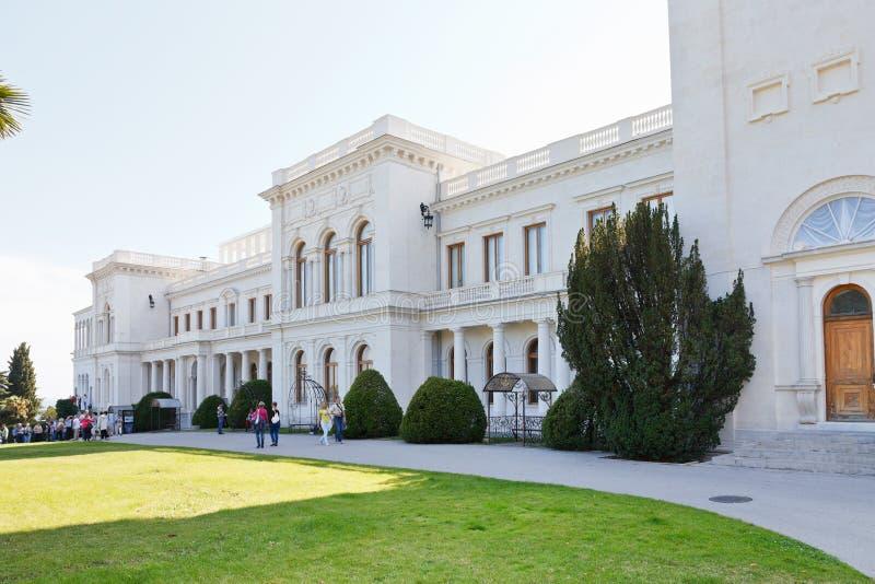 人们在克里米亚临近盛大Livadia宫殿 库存照片
